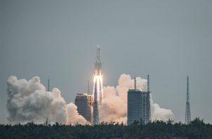 Lanzamiento del cohete Larga Marcha 5B Y2 desde la estación de lanzamiento espacial Wenchang, en China. EFE