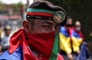 Una persona indígena marcha por una avenida en Cali (Colombia). Foto: EFE
