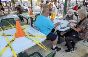 El coronavirus no ha impedido que los amantes del dominó jueguen en el Domino Park en el barrio de La Pequeña Habana, Miami, Florida, Estados Unidos. Foto: EFE