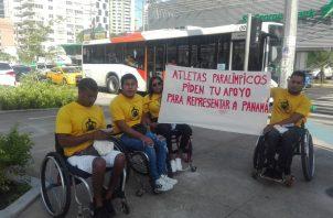 Atletas piden dinero en las calles para poder viajar.