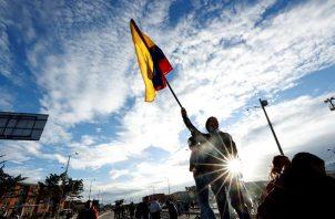 Manifestantes protestan este lunes en Bogotá, durante el día 13 del Paro Nacional en Bogotá.