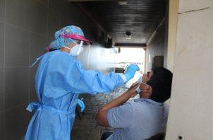 En las últimas 24 horas se aplicaron 4,586 pruebas nuevas para detectar la covid-19. Foto: Cortesía Minsa