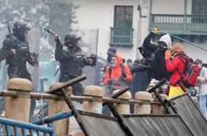 Un grupo de manifestantes enfrenta a miembros de la Policía durante el primer día de Paro Nacional en Colombia. EFE
