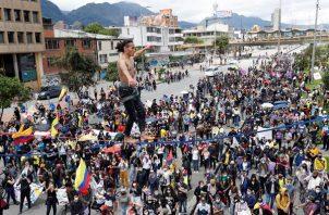 Un hombre camina sobre una cuerda con el nombre de Lucas pintado en su pecho, uno de los manifestantes que murió durante las protestas. EFE
