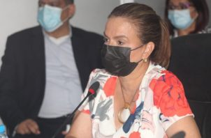 La ministra Maruja Gorday de Villalobos, junto a su equipo de trabajo, respondió preguntas relacionadas con el estado de las escuelas. Foto: Cortesía Asamblea Nacional