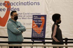 Personas hacen fila para la vacunación contra la covid-19 en la Grand Central de Nueva York. Foto: EFE