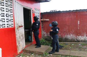 Los operativos que se realizan en Colón son con el fin de ubicar a personas con casos pendientes con la justicia, pandilleros, drogas y armas. Foto: Diomedes Sánchez