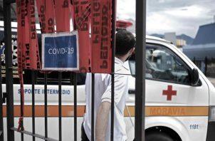 Una ambulancia sale del área de emergencias para covid-19 en un hospital de San José (Costa Rica).