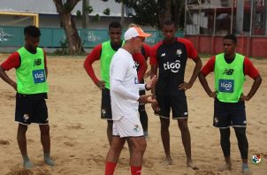 Shubert Pérez da algunas instrucciones a los jugadores. Foto:Fepafut