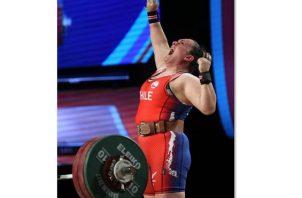 En la imagen un registro de la pesista chilena María Fernanda Valdés, quien obtuvo este viernes su cupo a los Olímpicos de Tokio en la categoría de los 87 kg.