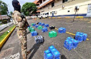 La presunta droga, los detenidos y la lancha rápida incautada fueron trasladados a la Base Naval Almirante Cristóbal Colón en Sherman. Foto: Cortesía Senan
