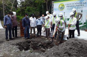 El ministro del Mida, Augusto Valderrama, colocó la primera piedra en la futura sede de la planta de Alimentos de Concentrados Cooleche. Foto: Cortesía Mida
