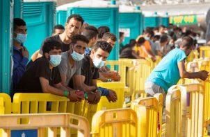 En la imagen, varios de los inmigrantes en el muelle de Arguineguín, Canarias.