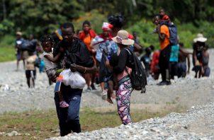 Migrantes llegan tras cruzar la selva el 10 de febrero de 2021, a la comunidad de Bajo Chiquito, provincia del Darién (Panamá). Foto: EFE