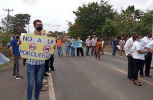 Guarareños se trasladaron a Las Tablas, donde cerraron la vía frente a la sede regional de MiAmbiente. Foto: Thays Domínguez