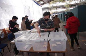 Jurados electorales en un centro de votación hoy, en la Comuna de Providencia, en Santiago (Chile).
