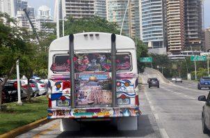 Imagen colocada en la parte trasera del autobús.