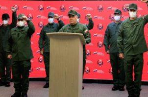 Ministro de Defensa de Venezuela, Vladimir Padrino López durante la transmisión de un comunicado en Caracas (Venezuela). Foto: EFE
