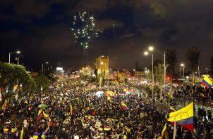 Cientos de personas se concentraron cerca del Monumento a los Héroes en el marco del Paro Nacional. EFE