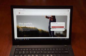 Imagen que muestra en un computador la red social 'Parler' en San Francisco (Estados Unidos).