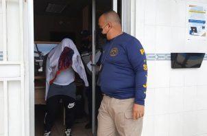 El sargento llegó esposado y bajo estrictas medidas de seguridad al Sistema Penal Acusatorio de Veraguas. Foto: Melquiades Vásquez