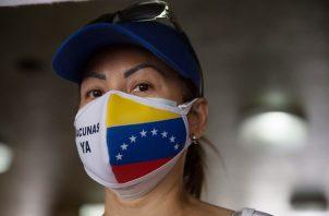 Una enfermera protesta para exigir equipamientos y material médico para enfrentar la covid-19 en Caracas, Venezuela. Foto: EFE