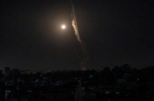Un cohete disparado desde Gaza vuela hacia Israel, en el décimo día de ataques. Foto: EFE