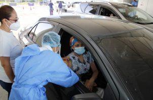 Las vacunas de AstraZeneca se colocan a grupos específicos de la población. Foto: Cortesía Minsa