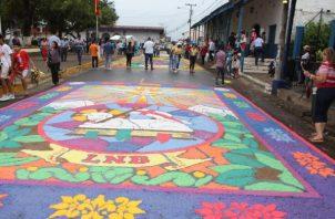 Las tradicionales alfombras confeccionadas con flores, sal, hojas y otros materiales se realizan alrededor del templo de San Atanasio y en el parque Simón Bolívar. Foto: Thays Domínguez