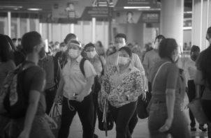"""Desde el 17 de mayo del 2021, todo usuario del transporte público o selectivo debe usar el cubre rostro o""""Pantalla Facial"""", además de la mascarilla que, desde hace más de un año, viene utilizándose. Foto: Víctor Arosemena. Epasa."""