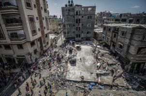 Los palestinos inspeccionan unas casa destruidas tras los ataques aéreos israelíes en el campo de refugiados de Jabaliya, en el norte de la Franja de Gaza. Foto: EFE