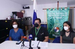 Laboratoristas solo se procesarán muestras procedentes de cuartos urgencias y áreas críticas. Foto: Edward Santos