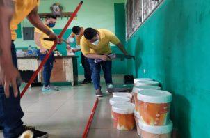 Los privados de libertad realizan reparaciones menores de las escuelas. Foto: Cortesía Mingob