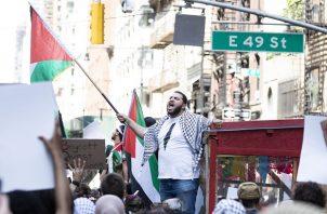 Un hombre canta durante una marcha en apoyo a Palestina tras una concentración cerca del consulado israelí en Nueva York, Estados Unidos. Foto: EFE