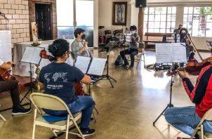 Los ensayos han sido tanto virtuales como presenciales en la Parroquia Santa Marta. Foto: Cortesía