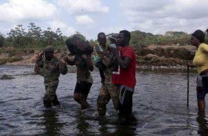 Los migrantes cuando hacen su recorrido por la selva del Darién, por más de 8 días son ayudados por personal del Senafront.
