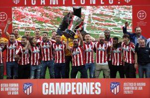 El Atlético de Madrid recibió la copa del campeón de La Liga Santander 2020-21. Foto: EFE