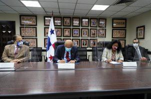 El contrato suscrito entre el ministro del MEF, Héctor Alexander, en representación de Panamá, y Rocío Medina, representante del BID en el país.
