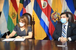 El acto de firma estuvo a cargo de la directora general de la Antai, Elsa Fernández, y el rector de la Usma, Francisco Blanco. Foto: Cortesía Antai
