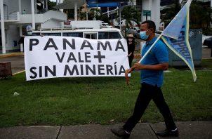 Un grupo de activistas ambientalistas protestaron hoy frente al Ministerio de Comercio e Industrias de Panamá (Mici) en rechazo a la minería. Foto: EFE