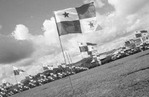 El viernes 2 de mayo de 1958, al inicio del año escolar, un grupo de la UEU cruza los límites de la Zona del Canal y marcha a los Edificios de la Administración a sembrar 75 banderas panameñas, en la llamada Operación Soberanía.  Foto: Archivo.