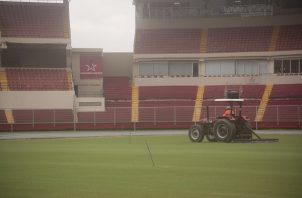 Trabajos en la grama del estadio Rommel Fernández. Foto: Víctor Arosemena