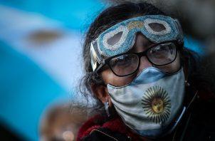 Hasta el momento, en Argentina se han realizado 13.5 millones de test para detectar el virus, de los cuales 121,115 se hicieron este jueves. Foto: EFE
