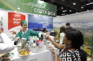 Fotografía de archivo de un grupo de personas visita la feria comercial Expocomer, el 28 de febrero de 2018 en la ciudad de Panamá.