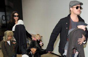 Angelina y Brad junto a sus hijos el 8 de noviembre de 2016. EFE/Archivo