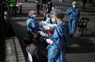 Hasta el momento, en Argentina se han realizado 13.8 millones de test para detectar el virus. Foto: EFE