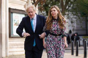 El primer ministro británico, Boris Johnson, y su novia, Carrie Symonds. Foto: EFE