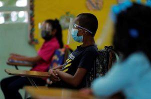 Estudiantes de la escuela Las Zanguengas fueron registrados este lunes al asistir a clases presenciales, en Panamá Oeste, durante la apertura parcial de colegios tras el cierre por la pandemia en Panamá.