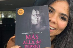 'Más allá del espejo' es un libro que habla sobre la anorexia. Foto: @rosangelicabarroeta