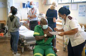 Hasta la fecha, Sudáfrica sólo ha vacunado a cerca de 480,000 trabajadores sanitarios y más de 480,000 ciudadanos mayores de 60 años. Foto: EFE